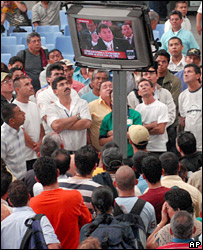 Colombians watch TV showing Ecuador's President Rafael Correa at Latin American summit (07/03/08)