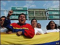 Estudiantes venezolanos en una marcha por la paz cerca de la frontera con Colombia
