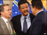 De izq. a der.: �lvaro Uribe, Leonel Fern�ndez y Hugo Ch�vez
