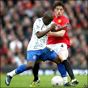 Lassana Diarra contests possession with Owen Hargreaves