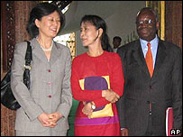 Aung San Suu Kyi (centre) with Ibrahim Gambari and an aid (left), 8 March 2008