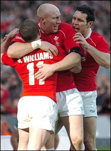 Shane Williams is congratulated by Tom Shanklin and Stephen Jones