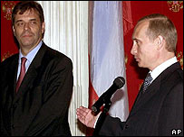 Vojislav Kostunica (left) and Vladimir Putin, 2000