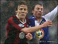 Jimmy Bullard of Fulham battles with Stephen Warnock