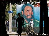 Calle de La Habana con un afiche del líder cubano Fidel Castro