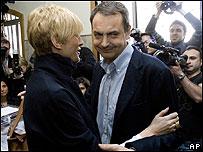 José Luis Rodríguez Zapatero con su esposa en el colegio electoral donde votó a primera hora de la mañana