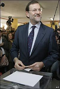 Mariano Rajoy en el colegio electoral donde votó a primera hora de la mañana.