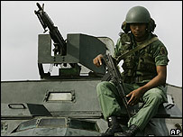 Soldado de la Guardia Nacional Venezolana sobre un vehículo blindado en la frontera con Colombia