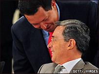 Hugo Ch�vez y �lvaro Uribe bromean en la cumbre del Grupo de R�o