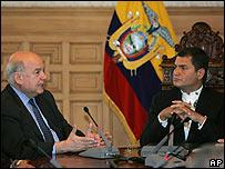 José Miguel Insulza (izquierda) y Rafael Correa en Quito (09.03.08)