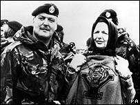 La ex primera ministra británica Margaret Thatcher con Frank Roden en las Malvinas/Falklands el 11 de enero de 1983.