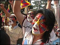 Tibetan exiles chanting against China