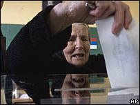 Serb woman casts vote 03.02.08