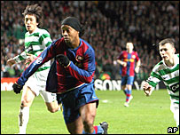 Ronaldinho bursts between Shunsuke Nakumura and Paul Caddis