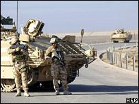 جنود بريطانيون على الطريق السريع