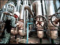 Trabajador en una planta petrolera iran�