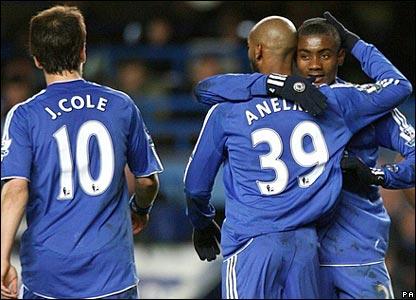 Chelsea celebrate Salomon Kalou's goal