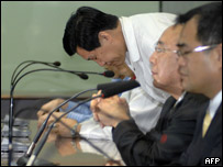 Parliamentarian Fei Hung-tai of the Kuomintang party bows to apologise over the incident (13th March)