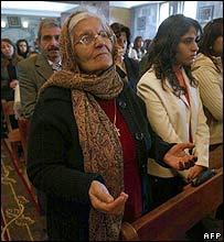 مسيحيون عراقيون أثناء الصلاة