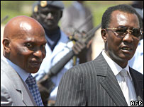 Senegalese President Abdoulaye Wade (L) and his Chadian counterpart Idriss Deby in Dakar on 12 March 2008