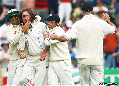 Ryan Sidebottom (second left) celebrates the wicket of Jacob Oram