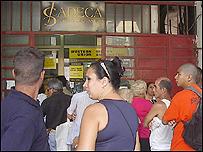 Cubanos hacen fila en una casa de cambios. Foto, Raquel Pérez