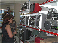 Cubana mira artículos electrodomésticos. Foto, Raquel Pérez