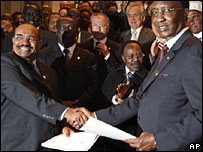Sudan's Omar al-Bashir (l) shakes hands with his Chadian counterpart Idriss Deby