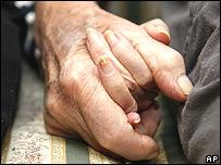 Dos personas tomadas de la mano