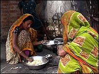 Women cooking (Image: TVE)