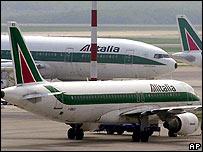 Aviones de Alitalia en el aeropuerto de Malpensa, Mil�n (foto de archivo)
