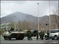 Vehículos blindados y soldados chinos en Lhasa, Tibet