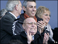 Dundee United chairman Eddie Thompson (centre)
