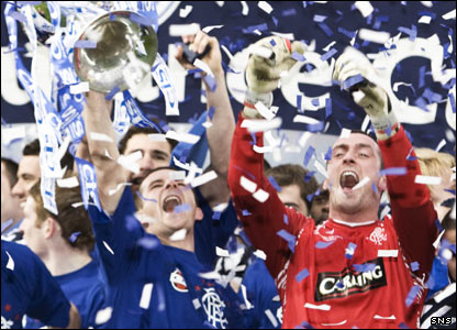 Barry Ferguson and Allan McGregor celebrate with the CIS Cup