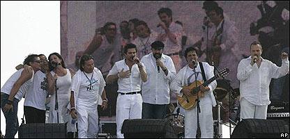 De izquierda a derecha, Carlos Vives, Juan Fernando Velazco, Ricardo Montaner, Juanes, Juan Luis Guerra, Alejandro Sanz, y Miguel Bos�