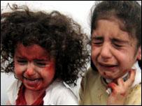 طفلتان تبكيان