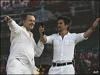 """Miguel Bos� (izq) y Juanes en el concierto """"Paz sin Fronteras"""" (16/03/08)"""