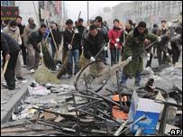 Brigadas limpian las calles de Lhasa (foto de la agencia de noticias Xinhua).