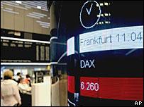 Экран с промежуточными результатами торгов на бирже во Франкфурте показывает падение