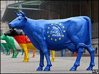 Vaca artificial con el símbolo de la Unión Europea en Bruselas (febrero 2008).