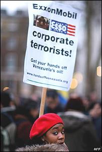 Una mujer durante las manifestaciones contra ExxonMobil.