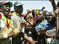 President Robert Mugabe (l) campaigning in Gweru