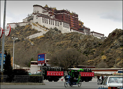 Chinese military trucks with soldiers in riot gear sit at the base of the Potala Palace, Lhasa 20/03/08