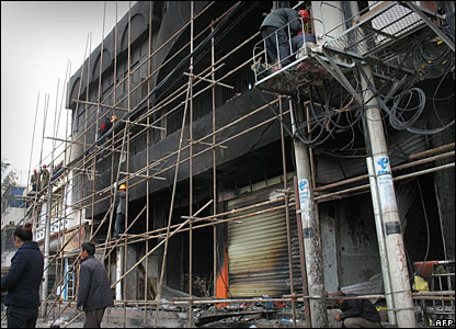 Workers repair damaged buildings in Lhasa, 20/03/08