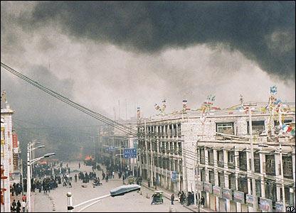 Smoke rises over the streets of Lhasa, 14/03/08