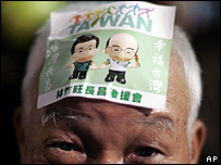 A supporter of Taiwan's ruling Democratic Progressive Party presidential candidate Frank Hsieh wears a campaign sticker on his forehead