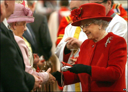 Queen giving out Maundy money in St Patrick's Cathedral