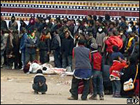 Picture published by Tibetan monks in Dharamsala, allegedly showing a crowd gathered around the bodies of demonstrators said to have been killed during a protest in Aba on 16/3/08