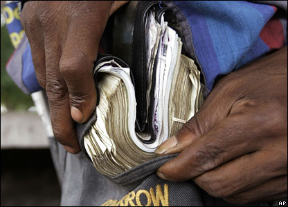 where this week us $ 1 was worth z $ 52 5m on the black market