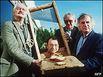 El caricaturista francés, Jean-Andre Laville,  el escritor belga, Hugo Claus, el comediante francés, Claude Pieplu y el  periodista  Bernard Willem Holtrop, 1989, AFP